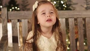 Den fireårige pige er helt vild efter at måtte synge sin yndlingsjulesalme – hør