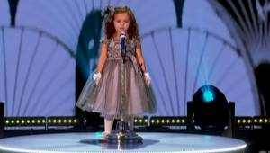 Den talentfulde fireårige pige synger et af Frank Sinatras hit; da hun slutter s