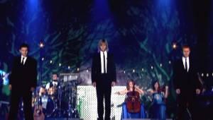 Tre irlændere giver en optræden under en julekoncert, og gør, at alle tilskuerne
