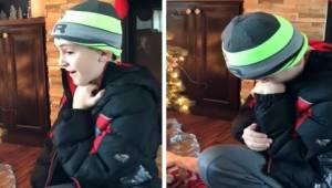 Drengen finder en nyfødt under juletræet, ser nærmere på barnet og opdager sandh