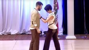 Mens de danser swing, udfører parret en række særdeles risikable dansetrin. Se h