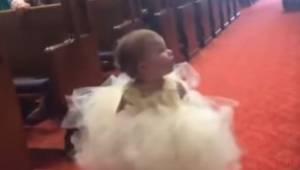 Den lille pige leder efter et kendt ansigt; hendes reaktion, da hun ser brudgomm