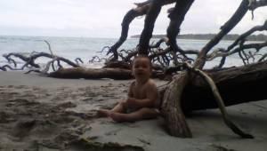 Fiskeren hev en dukke op fra havet; et øjeblik senere hører han gråd, og gør sig