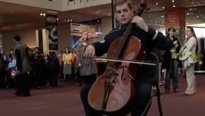 En enkelt soldat begynder at spille midt i museet; så slutter 120 andre musikere