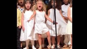 Børnene i børnehaven gør sig klar til en fælles optræden, men det er en specielt