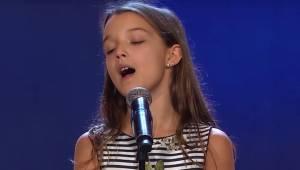 Den 10-årige pige gik op på scenen: Læg nøje mærke til tilskuernes reaktion, da