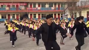 Direktøren for en skole i Kina fik nok af, at eleverne ikke bevæger sig tilstræk