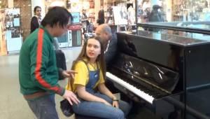 Den ukendte mand afbryder pigen, som er i gang med at spille klaver; et øjeblik