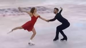 Et skøjteløberpar glider ud på isen, men se selv, hvad der sker, da melodien Per