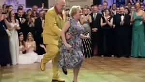 Den ældre herre nærmer sig sin partner bagfra, og et øjeblik senere er alle tils