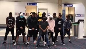 Dansetruppen sad 6 timer i lufthavnen og ventede på et forsinket fly, så de besl