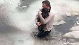 Manden sprang ud i den tilfrosne sø for at redde en forsvunden hund.