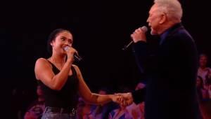 Den unge pige begynder at synge, men  pludselig slutter Tom Jones sig til hende.