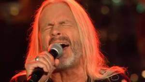 Denne 64-årige herre henrykker publikum med sin version af et kendt hit.