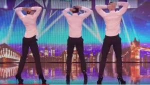 3 flotte mænd står på scenen, og da de vender sig om, bliver publikum vilde af b