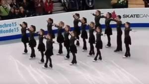 Konkurrencedeltagerne stillede sig op på isen, men da de først begyndte at danse