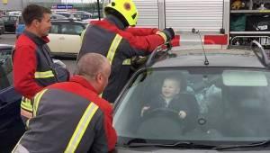 En dreng på 14 måneder smækkede sig ved en fejl inde i bilen, men han morede sig
