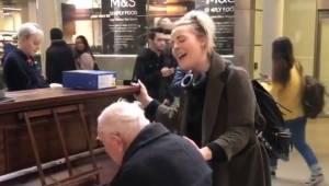 Den 91-årige spiller klaver på en banegård, da en sangerinde pludselig slutter s
