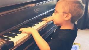 En 6-årig blind dreng henrykker alle med sin udførelse af Bohemian Rhapsody. Sik