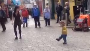 Den lille pige besluttede sig for at slutte sig til en kvinde, der optrådte på g