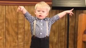 Den lille dreng stiller sig ud midt på gulvet og begynder at prædike, fuldstændi