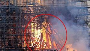 En kvinde hævder, at hun så Jesus mellem flammerne i Notre Dame.