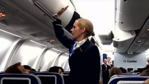 Stewardessen begynder at slå løs på bagagehylden, og et øjeblik senere må passag