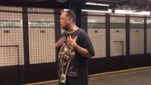 Da manden begynder at synge et kendt hit i metroen, standser alle passagererne f