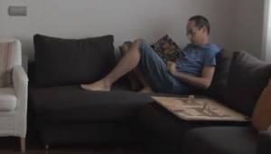 Faren er ved at læse en bog, men da hans datter kommer for at forstyrre ham, gør