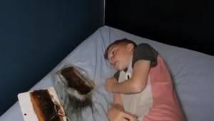 Forældrene advarer alle, efter at en tablet brændte hul i sengen lige ved siden