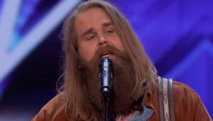 En skægget deltager viser sig pludselig på scenen i Got Talent, men da han begyn