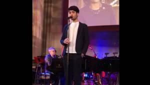Andrea Bocellis søn varmer op inden koncerten, hvor han spiller et Elvis-nummer.
