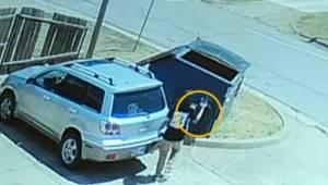 Optagelsen fra overvågningskameraet viser, hvordan kvinden smider hvalpen direkt