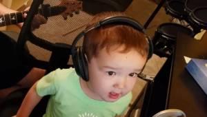 Den 2-årige dreng er blevet et hit på internettet, efter at han har prøvet at sy