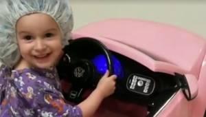 Hospitalsmedarbejderne tillader børnene at have legetøjsbiler og andet med, når