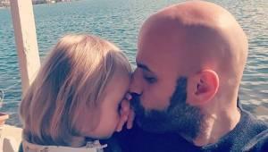 Den enlige mand adopterede en pige med Downs syndrom, efter at hun var blevet af