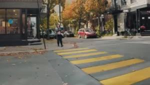Moren med barnet går hen til fodgængerovergangen; et øjeblik senere sker der nog
