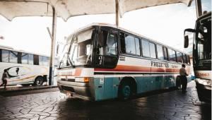 Tyvene prøvede at stjæle brændstof fra den parkerede bus, men i stedet for at ti