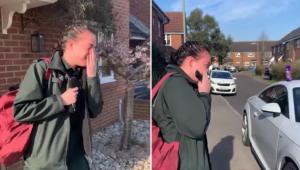 Den unge kvindelige ambulanceredder er på vej til arbejde. Hun bliver mundlam, d