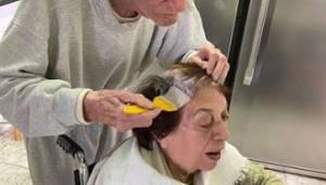 Den 92-årige mand farver konens hår, mens de er i karantæne. Det er et billede,