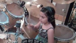 Det, som denne pige kan på trommer er ren magi!